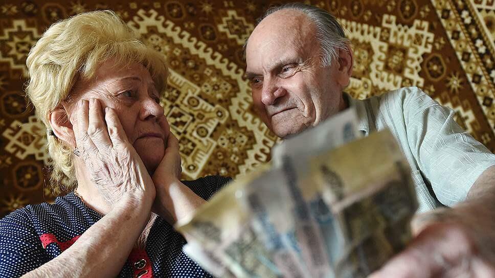 пожилые родители смотрят на купюры
