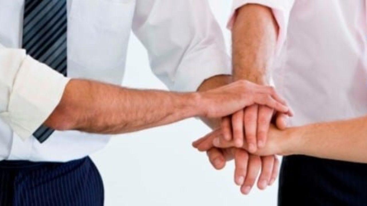 солидарно сложили руки